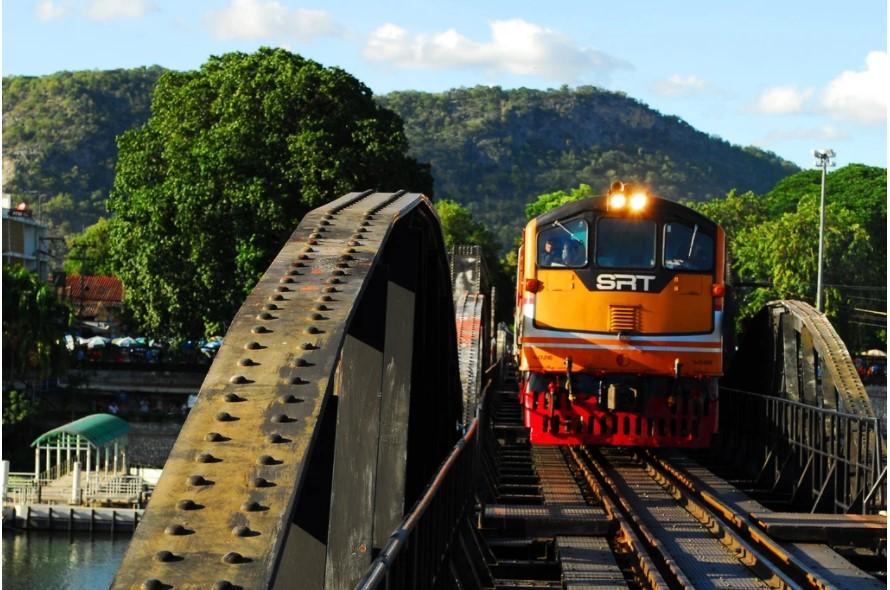 ברכבת מעבר לגשר מעל נהר קוואי בקנצ'נבורי