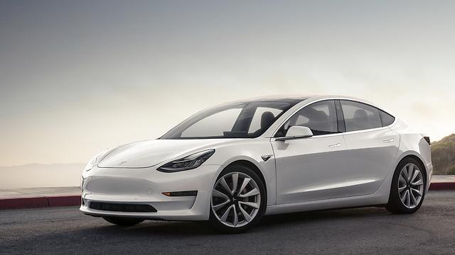 """טסלה מתכננת להציע רכב ב 25,000$ בתוך שלוש שנים, אומר המנכ""""ל אילון מאסק"""